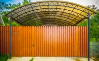 Распашные ворота из деревянного штакетника и навес для машины из поликарбоната