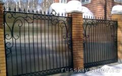 Забор из дымчатого поликарбоната и кованых секций