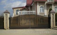 Распашные ворота из поликарбоната и кованых секций