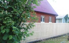 Забор из деревянного штакетника неокрашенный