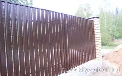 Забор из металлического штакетника шахматка с декоративной планкой сверху
