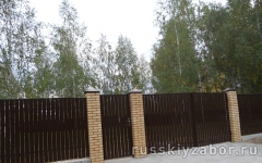 Фото забора с кирпичными столбами в Люберцах.