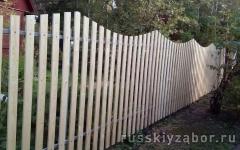 Забор из деревянного штакетника с волнистым верхом