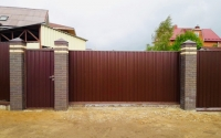 Откатные ворота с калиткой из коричневого профлиста 2000х4000 мм.