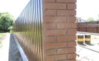 Монтаж одностороннего забора из профнастила с кирпичными столбами