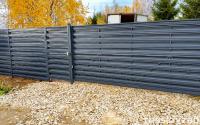 Горизонтальный забор из металлического штакетника Шахматка серого цвета
