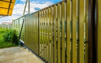 Деревянные откатные ворота с электроприводом для дачи.