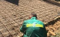 Подготовка к бетонированию площадки под автомобиль, укладка армировочной сетки на щебень