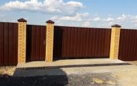 Сдвижные откатные ворота с калиткой и столами из кирпича.