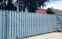 Откатные ворота из дерева Шахматка голубые с рядом расположенной калиткой.