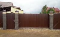 Забор из профнастила на монолитном фундаменте с кирпичными столбами