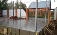 Заливка бетона при строительстве въезда на участок