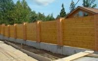 Деревянный забор сплошной горизонтальный на ленточном фундаменте