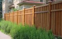 Деревянный забор на двух лагах с декоративной планкой сверху