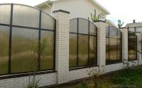 Секционный забор из дымчатого поликарбоната