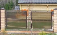 Забор из дымчатого поликарбоната