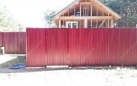 Забор из бордового профлиста с металлическими столбами