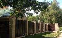 Забор из коричневого профнастила С8 RAL 8017 со столбами из кирпича