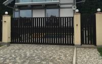 Укладка цветной тротуарной плитки при въезде на участок перед откатными воротами и калиткой