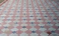 Укладка цветной тротуарной плитки Ромб на загородном участке