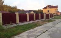 Забор из металлического штакетника на ленточном фундаменте с кирпичными столбами