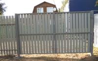 Распашные ворота из деревянного штакетника