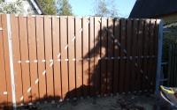 Распашые ворота из металлического штакетника коричневого цвета