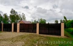 Раздвижные откатные ворота с калиткой из металлического штакетника коричневые RAL 8017.