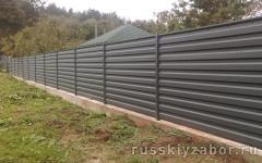 Горизонтальный забор из серого профлиста RAL 7004 на монолитном фундаменте