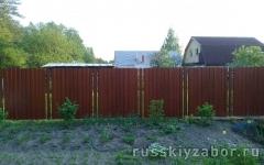 Комбинированный забор из профнастила под дерево на металлических столбах