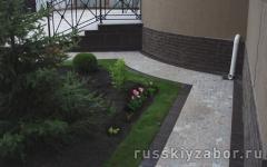 Отмостка вокруг дома и фундамент из бетона и плитки