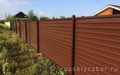 Установка  горизонтального забора из коричневого профлиста RAL 8017на металлических столбах