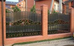 Секционный забор с поликарбонатом дымчатого цвета на ленточном фундаменте