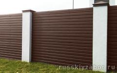 Горизонтальный забор из коричневого профнастила RAL 8017 с монолитными столбами