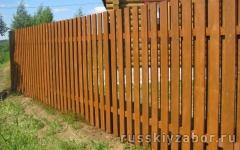 Забор из деревянного шакетника Шахматка на двух деревянных лагах