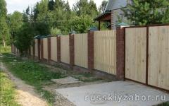 Деревянный забор с монолитными столбами коричневого цвета