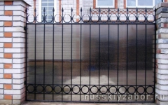 Забор с поликарбонатом на кованых секциях