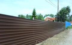 Горизонтальный забор из коричневого профнастила RAL 8017 Сплошной