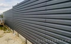 Горизонтальный забор из серого профнастила RAL 7004 на ленточном фундаменте