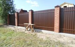 Фото забора с кирпичными столбами в Жуковском.