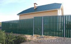 Забор из металлического штакетника зеленого цвета