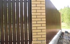 Фото забора с кирпичными столбами в Железнодорожном