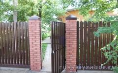 Фото забора с кирпичными столбами в Клину.