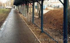 Секционный забор из сетки рабица с навесом из профнастила (для строительных площадок)