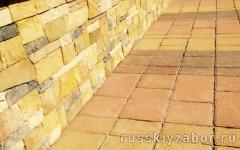 Укладка тротуарной плитки на отмостку и облицовка цоколя дома