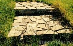 Укладка натурального камня на дорожку в саду, мощение лестницы