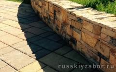 Отмостка вокруг дома на бетонном основании с тротуарной плиткой