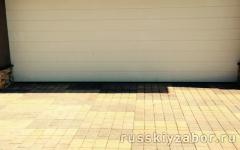Площадка для машины,выложенная тротуарной плиткой