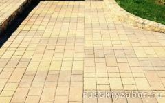 Укладка тротуарной плитки с бордюрами перед входной группой