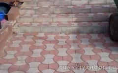 Мощение площадки перед домом цветной тротуарной плиткой